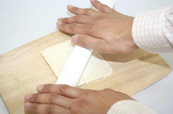 白い部分を麺棒で延ばしていきます